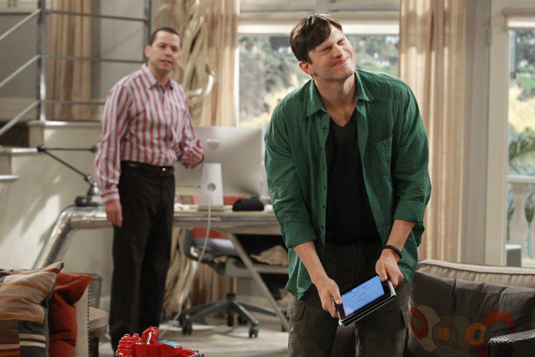 Haben eine ganz besondere Freundschaft: Alan (Jon Cryer, l.) und Walden (Ashton Kutcher, r.) ... - Bildquelle: Warner Brothers Entertainment Inc.