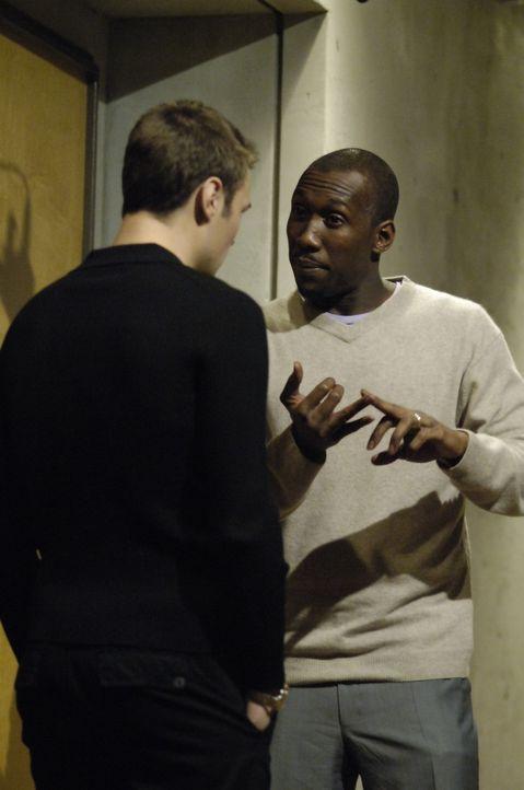 Shawn (Patrick Flueger, l.) holt Richard  (Mahershalalhashbaz Ali, r.) und stellt ihm die nun erwachsene Isabelle vor. Richard kann das nicht glaube... - Bildquelle: Viacom Productions Inc.