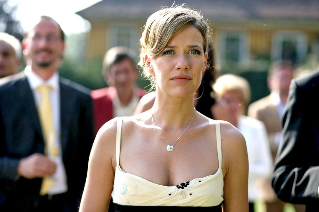 Esther Nentwig (Alexandra Neldel), die uneheliche Tochter von Gabriel Fischer-Hellwarth, ist erstmals zu seinem Geburtstag in das Haus der Familie e... - Bildquelle: Petro Domenigg Sat.1