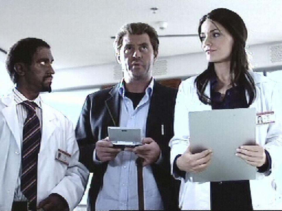 Dr. House (Michael Müller, M.) und seine Kollegen (Peter Nottmeier, l.; Martina Hill, r.) bei der Visite ... - Bildquelle: ProSieben