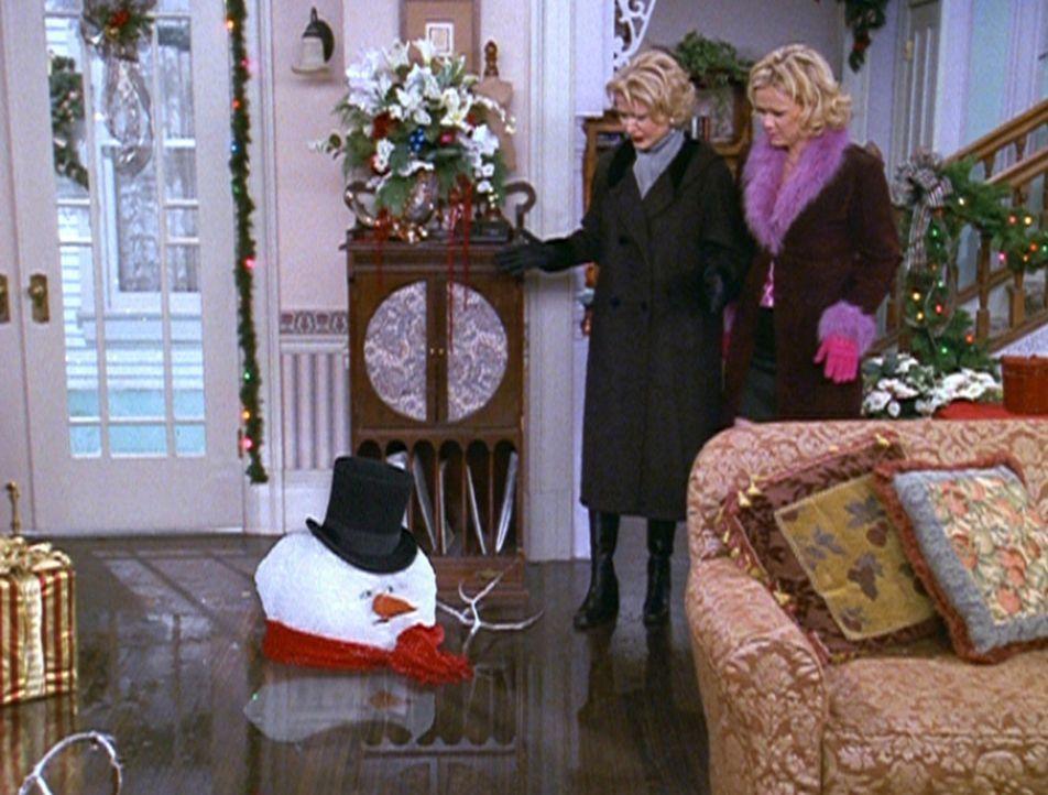 Zelda (Beth Broderick, l.) und Hilda (Caroline Rhea, r.) sehen bestürzt zu, wie der Schneemann, in den Sabrina verwandelt wurde, schmilzt. - Bildquelle: Paramount Pictures