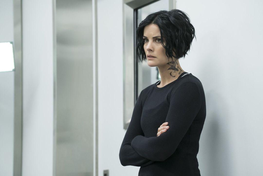 Jane (Jaimie Alexander) ahnt nicht, dass Roman eine Nachricht vom Maulwurf beim FBI erhalten hat, die deutlich macht, dass sie sich dem FBI viel näh... - Bildquelle: Warner Brothers