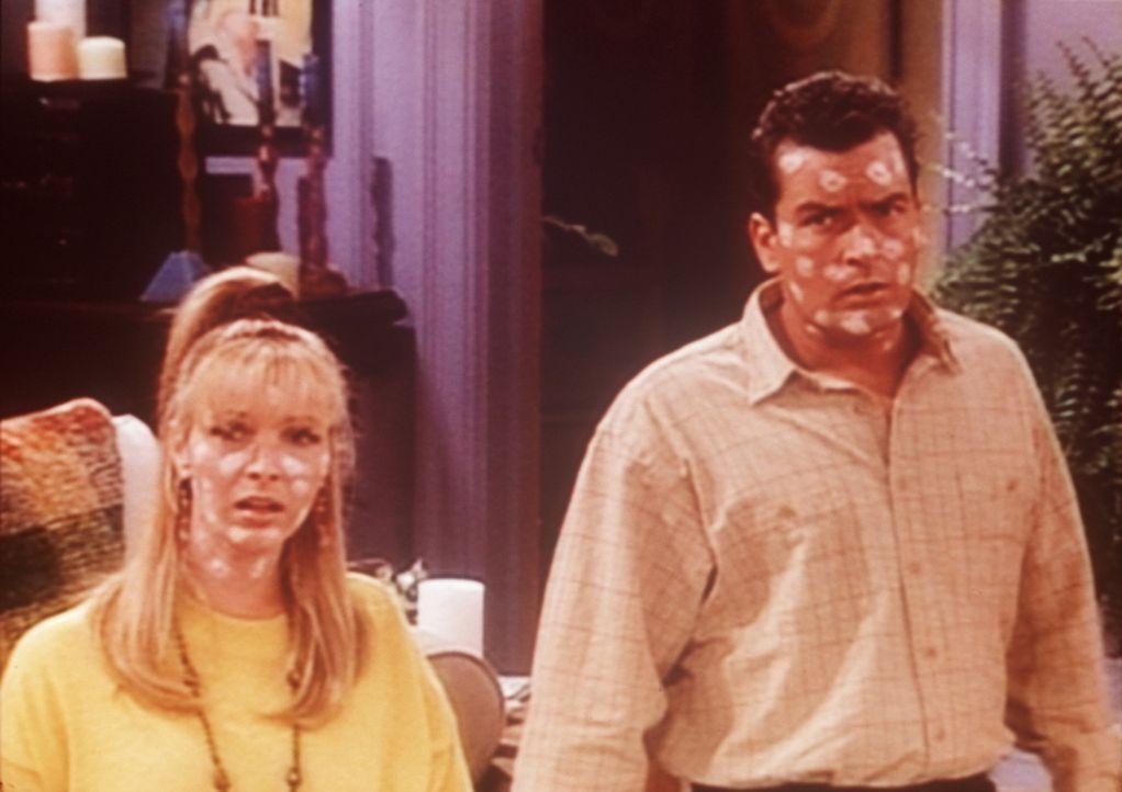 Phoebe (Lisa Kudrow, l.) und Ryan (Charlie Sheen, r.) werden von Windpocken überfallen ... - Bildquelle: TM+  2000 WARNER BROS.