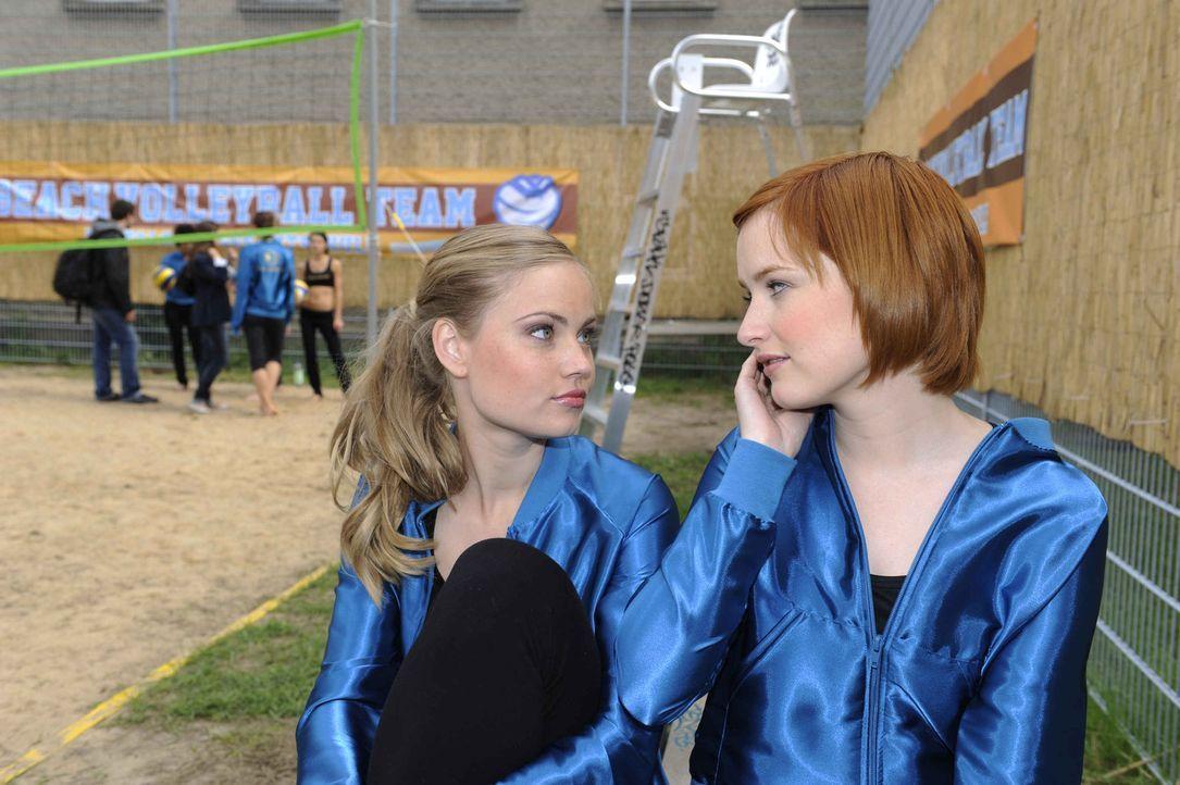 Timo und Sophie (Franciska Friede, r.) sind bemüht sich unbemerkt von Caro (Sonja Bertram, l.) zu treffen. Doch das Vorhaben gestaltet sich schwier... - Bildquelle: Christoph Assmann SAT.1
