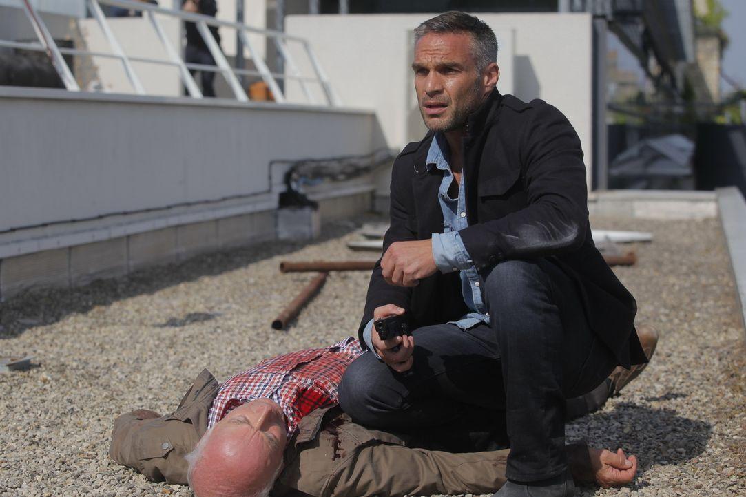 Noch glaubt Rocher (Philippe Bas, r.), eine Entführung gestoppt zu haben, doch dann zeigen weitere Ermittlungen, dass Georges Vitalis (Jean-Gabriel... - Bildquelle: 2014 BEAUBOURG AUDIOVISUEL