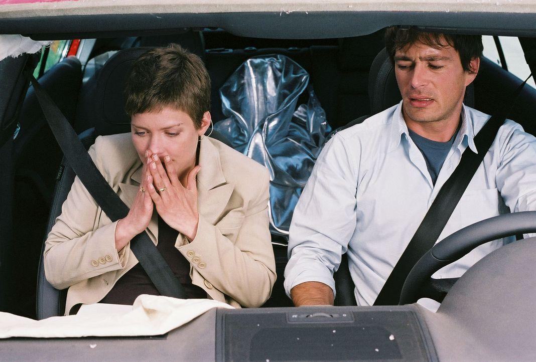 Jeder Fluchtversuch von Ben (Jan Sosniok, r.) und Kristina (Valerie Niehaus, l.) zieht sofort drastische Strafen nach sich. Eine Autofahrt ohne Wied... - Bildquelle: Thekla Ehling Prosieben