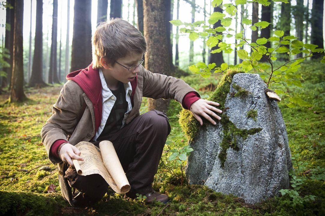 Gemeinsam mit der geheimnisvollen Karte macht sich Tim (Lukas Schust) ganz alleine in den großen Wäldern Schottlands auf die Suche nach Nessies Heim... - Bildquelle: Chris Hirschhäuser SAT.1