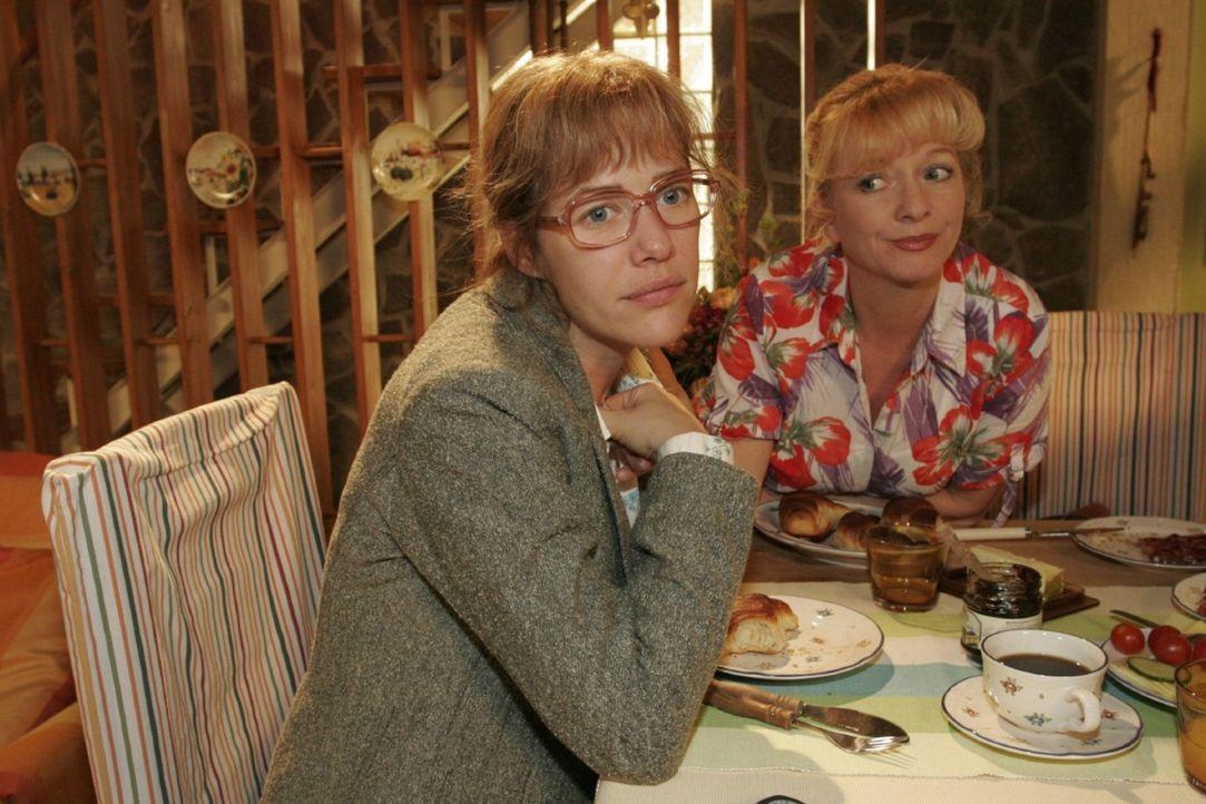 Helga (Ulrike Mai, r.) kann Lisa (Alexandra Neldel, l.) auch nicht helfen bei der Entscheidung, wie sie sich gegenüber David verhalten soll ... (Di... - Bildquelle: Noreen Flynn Sat.1