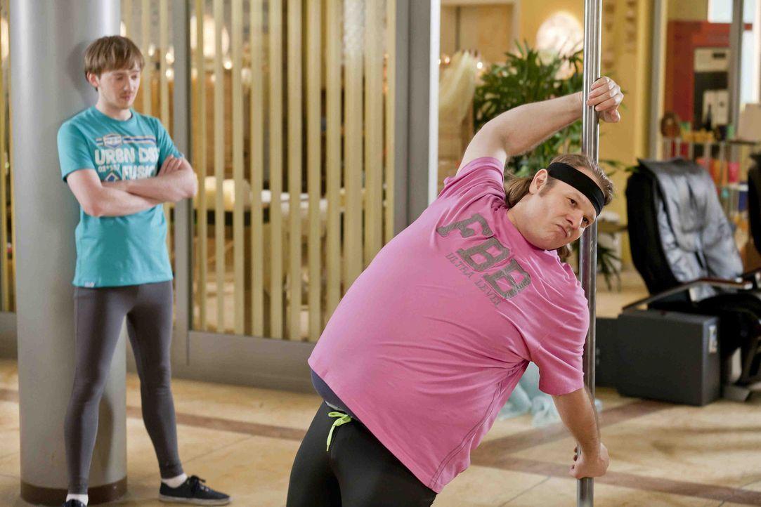 Da Bea die Poledance Vorführung von Dannis neuen Klienten Karstens toll fand und  Männer die sich was trauen sexy findet, legen sich Nils (Oliver... - Bildquelle: SAT.1