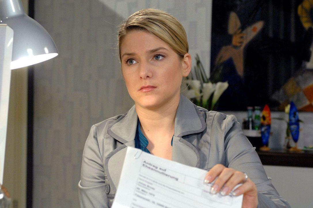 Anna (Jeanette Biedermann) überreicht Jonas die Annullierungspapiere und will von ihm wissen, was er für sie empfindet. - Bildquelle: Oliver Ziebe Sat.1