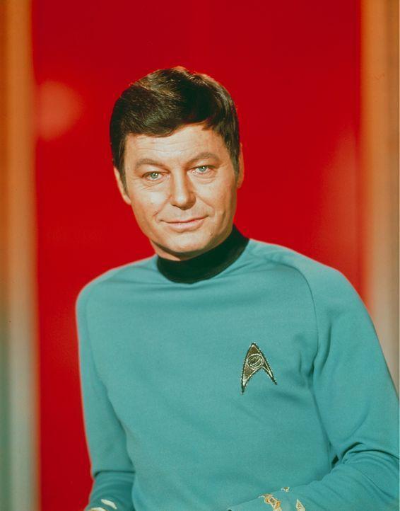 Nicht immer kann Dr. McCoy (DeForest Kelley) Captain Kirks Entscheidungen verstehen … - Bildquelle: Paramount Pictures