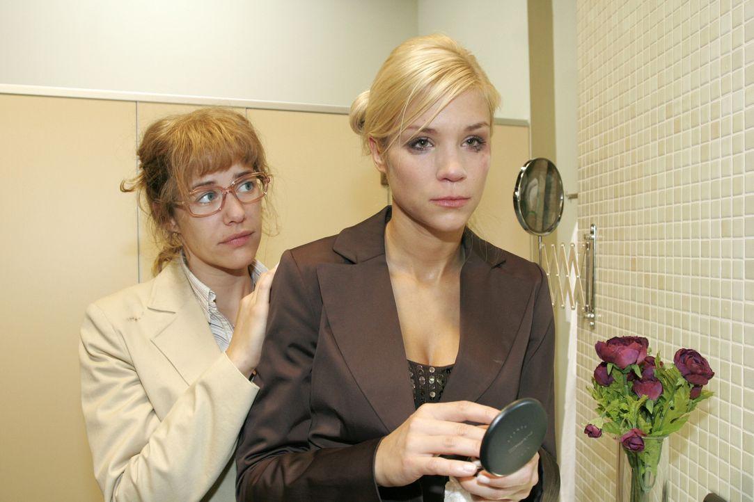 Lisa (Alexandra Neldel, l.) spürt die tiefe Verzweiflung, die Sabrina (Nina-Friederike Gnädig, r.) mit ihrer Aggressivität zu übertünchen versucht .... - Bildquelle: Noreen Flynn Sat.1