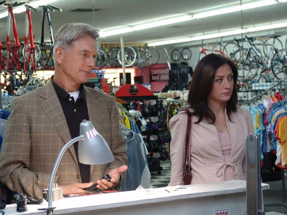Nachdem eine Leiche im Truck des gefallenen Navy-Soldaten gefunden wurde, versuchen Gibbs (Mark Harmon, l.) und Kate (Sasha Alexander, r.) herauszuf... - Bildquelle: CBS Television