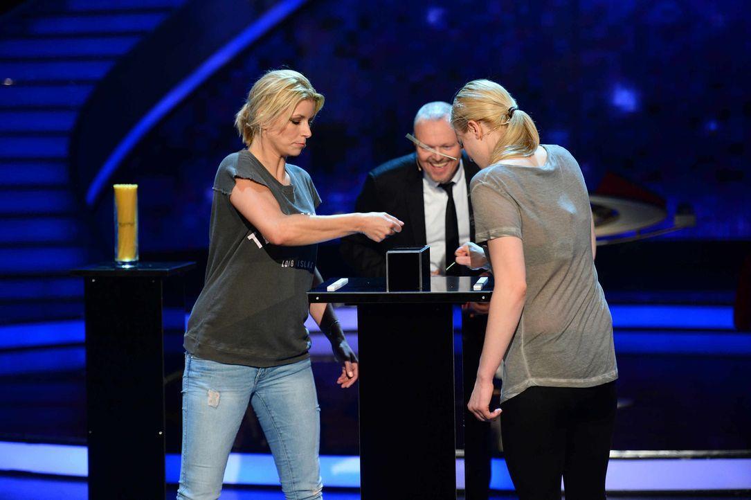 """Stefan Raab (M.) schaut Annica Hansen (l.) und Larissa Marolt (r.) bei """"Schlag den Star"""" genau auf die Finger ... - Bildquelle: Willi Weber ProSieben"""