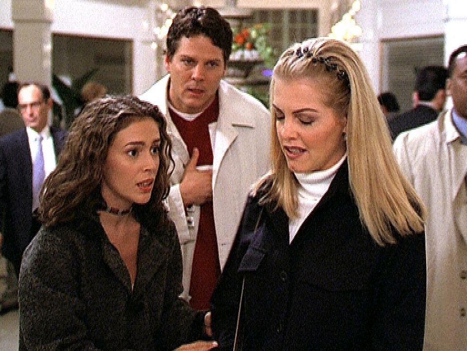 Der Liebesbote Cupido (Michael Reilly Burke, M.) hat seine besonderen Fähigkeiten verloren. Nun springt Phoebe (Alyssa Milano, l.) für ihn ein und... - Bildquelle: Paramount Pictures
