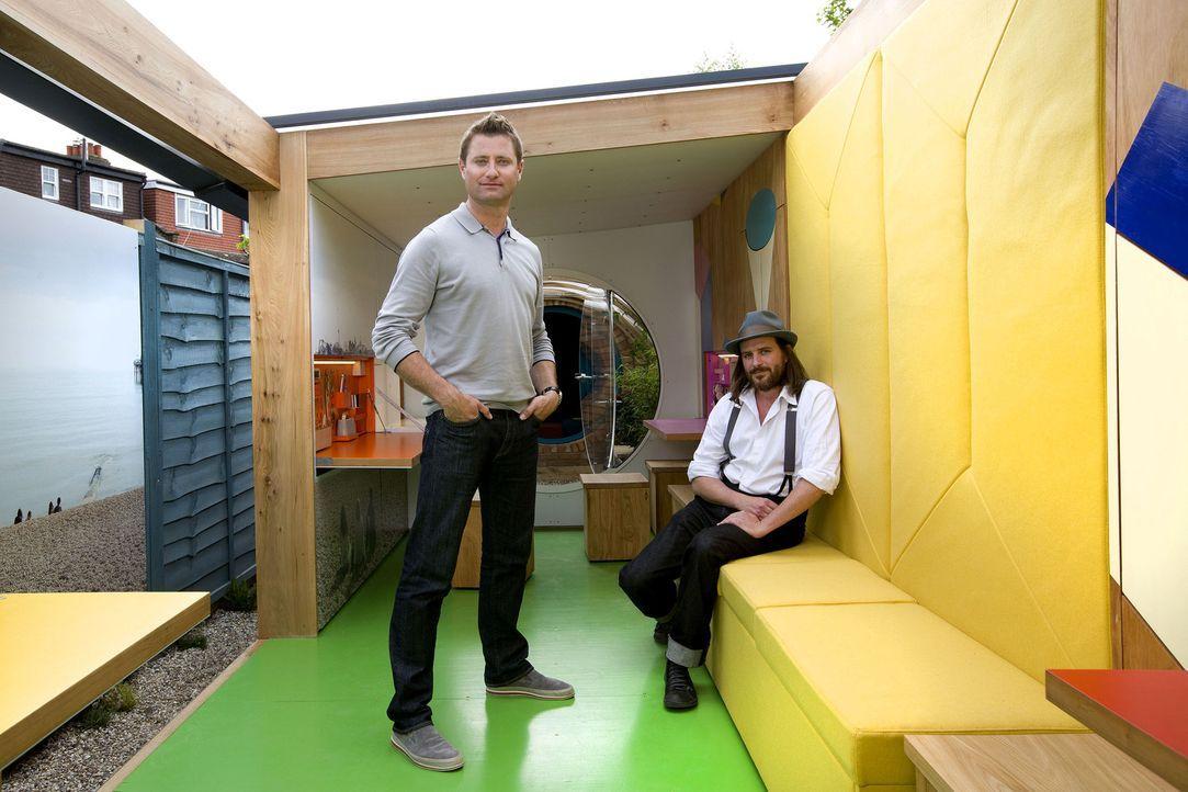 Architekt George Clarke (l.) und sein Partner William Hardy (r.) bauen diese Woche ein Mini-Domizil für George's Garten. Aus einer ungeliebten Ecke... - Bildquelle: Victor De Jesus UNP
