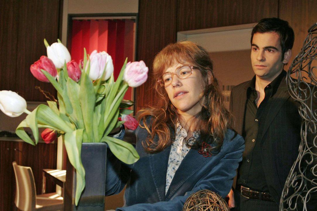 David (Mathis Künzler, r.) muss schlucken, als Lisa (Alexandra Neldel, l.) davon erzählt, dass sie mit Rokko, Hugo und einer Flasche Sekt die gute... - Bildquelle: Noreen Flynn Sat.1
