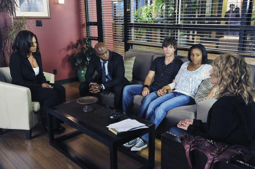 Maya (Geffri Maya, 2.v.r.) und ihre Freund Dink (Stephen Lunsford, M.) wollen heiraten. Sam (Taye Diggs, 2.v.l.) und Dinks Mutter Corinne (Rosanna A... - Bildquelle: ABC Studios