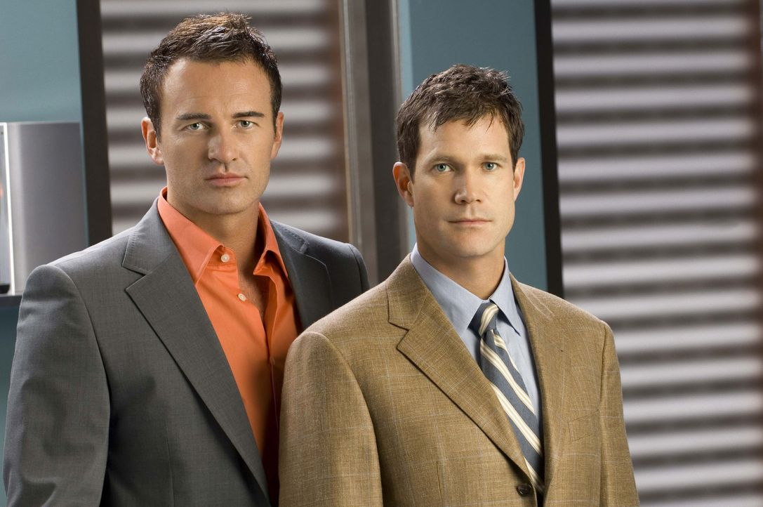(5. Staffel) - Künstler am Skalpell: Dr. Troy (Julian McMahon, l.) und Dr. McNamara (Dylan Walsh, r.) ... - Bildquelle: Warner Bros. Entertainment Inc. All Rights Reserved.
