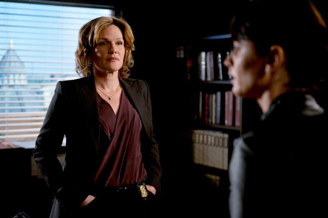 Patrick willigt ein, FBI-Agentin Susan Darcy (Catherine Dent, l.) in einem Mordfall zu helfen, während Teresa (Robin Tunney, r.) und das restliche T... - Bildquelle: Warner Bros. Television