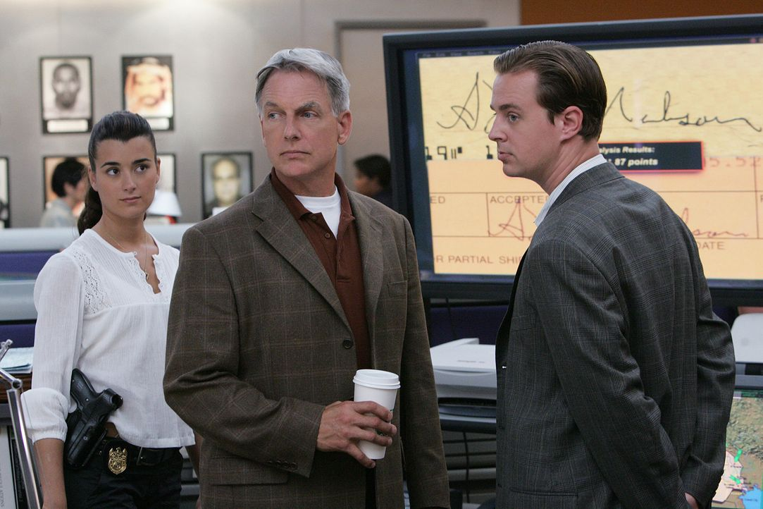 Ermitteln im Fall eines ermordeten Petty Officers: Ziva (Cote de Pablo, l.), Gibbs (Mark Harmon, M.) und McGee (Sean Murray, r.) ... - Bildquelle: CBS Television