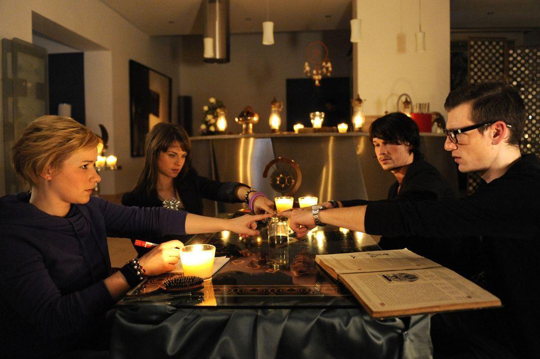 Die Séance führt zu einem seltsamen Ergebnis. (v.l.n.r.) Emma (Kasia Borek), Jenny Hartmann (Lucy Scherer), Ben (Christopher Kohn) und Hotte (Denn... - Bildquelle: SAT.1