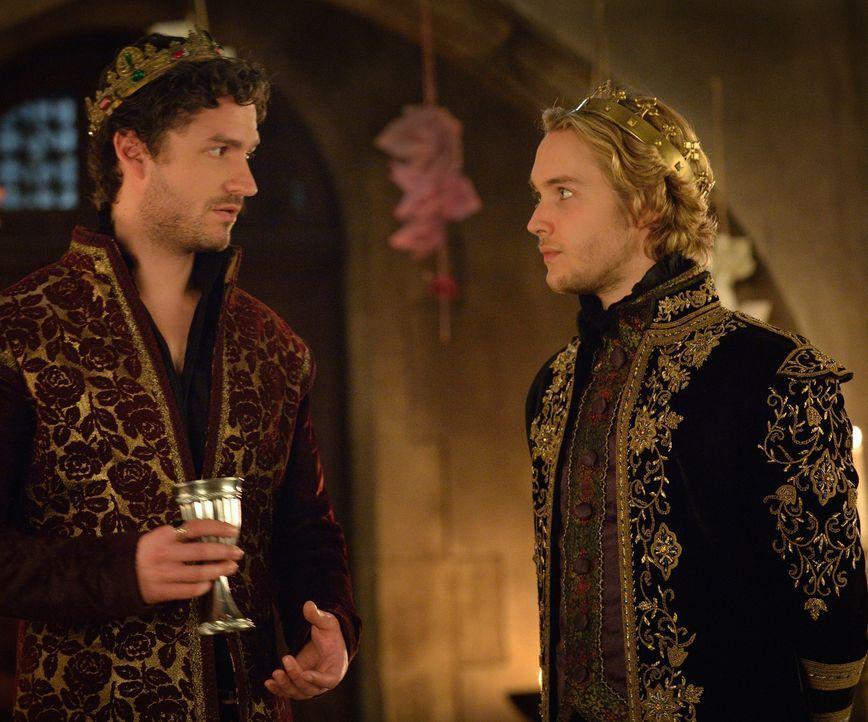 Zwei Könige im Zwiespalt: Francis (Toby Regbo, r.) findet heraus, dass Antoine (Ben Aldridge, l.) versucht, ihn und Frankreich zu hintergehen ... - Bildquelle: Ben Mark Holzberg 2014 The CW Network, LLC. All rights reserved.