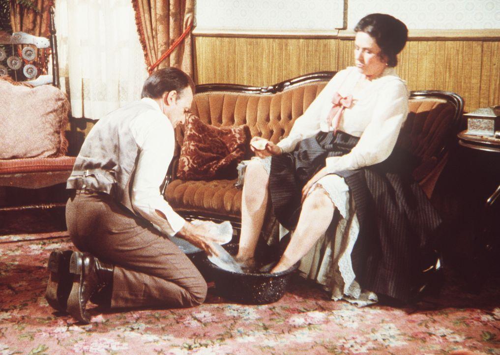 Nels Oleson (Richard Bull, l.) füllt Eisstücke in das Fußbad seiner Frau Harriet (Katherine MacGregor, r.). - Bildquelle: Worldvision
