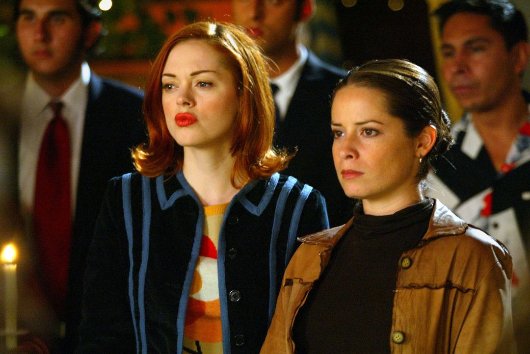 Da Phoebe ihre magischen Kräfte nicht mehr kontrollieren kann, müssen Paige (Rose McGowan, l.) und Piper (Holly Marie Comps, r.) ihr Trost spenden .... - Bildquelle: Paramount International Television