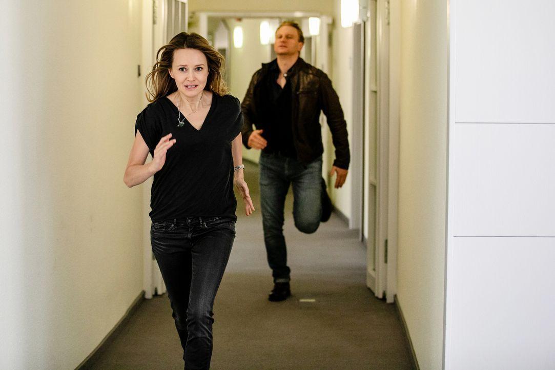Franziska (Stefanie Stappenbeck, l.); Peer (Lucas Prisor, r.) - Bildquelle: Maor Waisburd SAT.1/Maor Waisburd