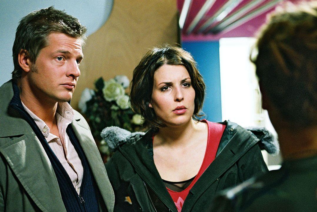 """Leo (Henning Baum, l.) und Nina (Elena Uhlig, r.) werden zum Rundfunksender """"Blau-Weiß"""" gerufen. Dort wurde auf der Damentoilette ein Mitarbeiter e... - Bildquelle: Christian A. Rieger Sat.1"""