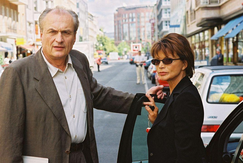 Susanne Kramer (Uschi Glas, r.) ist mit ihrem Noch-Ehemann Robert (Dietrich Mattausch, l.) vor dem Familiengericht verabredet. - Bildquelle: Oliver Pflug Sat.1