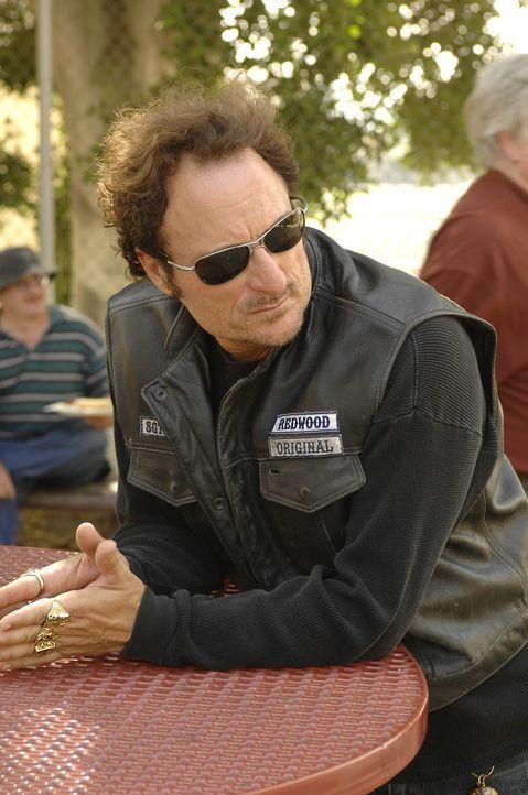 """Als Tig (Kim Coates) mitbekommt, dass Kyle, eine ehemaliges Mitglied der """"Sons of   Anarchy"""", noch immer das Tattoo auf dem Rücken trägt, ist er a... - Bildquelle: 2008 FX Networks, LLC. All rights reserved."""