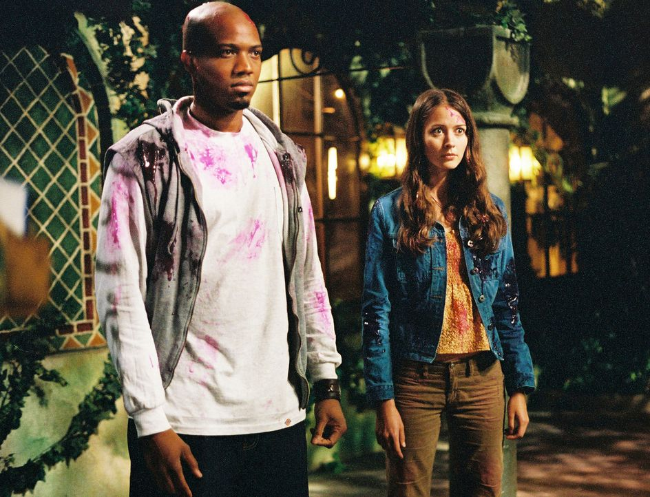 Cordelia ist wieder zurück, doch sie hat keinerlei Erinnerungen mehr. Fred (Amy Acker, r.) und Gunn (J. August Richards, l.) versuchen, ihrem Gedäch... - Bildquelle: The WB Television Network