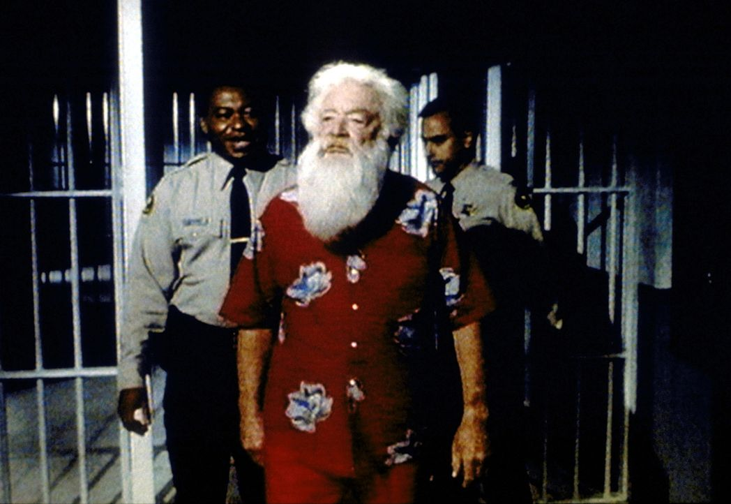 Santa Claus (Bill Erwin, M.) ist ins Gefängnis eingeliefert worden, weil er mit Gewalt verhindern wollte, dass sein Name missbraucht wird. - Bildquelle: Paramount Pictures