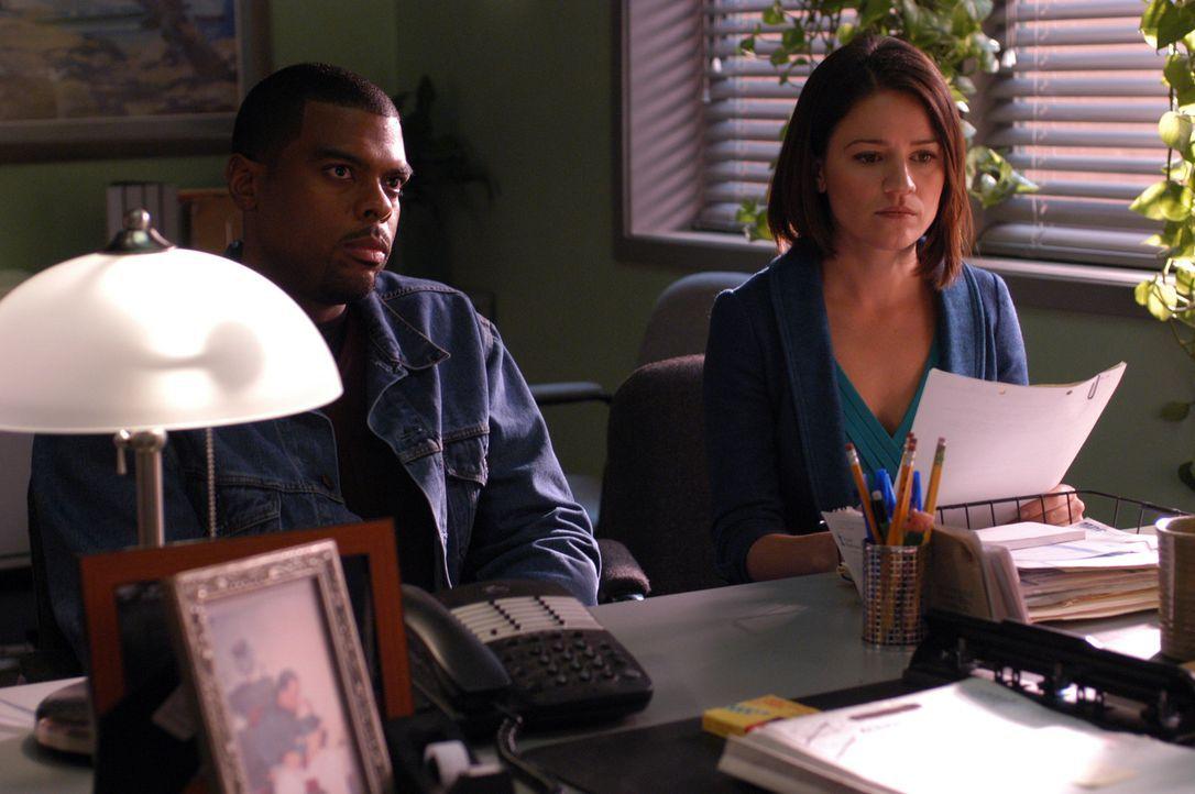 Noch tappen Powell (Troy Winbush, l.) und Eva (Anna Belknap, r.) im Dunkeln ... - Bildquelle: CBS Television