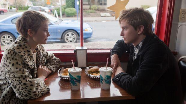 Als Enoch (Henry Hopper, r.) die 16-jährige Annabel (Mia Wasikowska, l.) kenn...