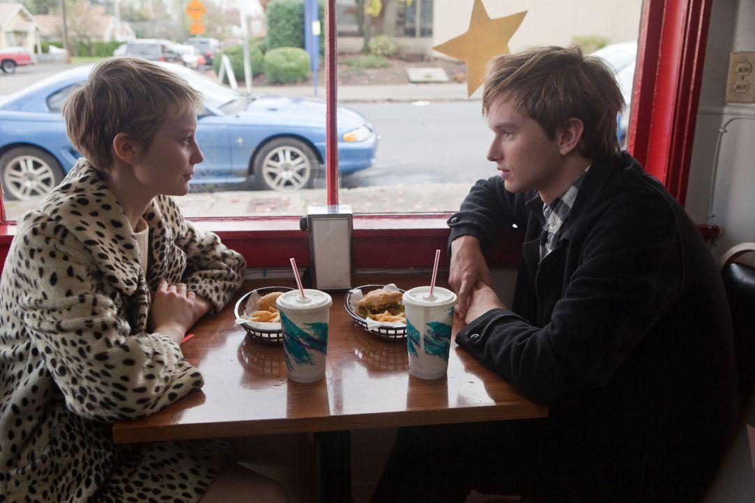 Als Enoch (Henry Hopper, r.) die 16-jährige Annabel (Mia Wasikowska, l.) kennen lernt, ahnt er nicht, dass das lebensfrohe Mädchen schon bald sterbe... - Bildquelle: Scott Green 2011 Columbia Pictures Industries, Inc. All Rights Reserved.