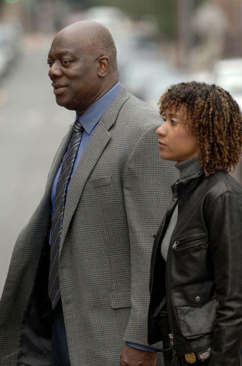 Kein Opfer ist je vergessen: Will Jeffries (Thom Barry, l.) und Kat Miller (Tracie Thoms, r.) ... - Bildquelle: Warner Bros. Television