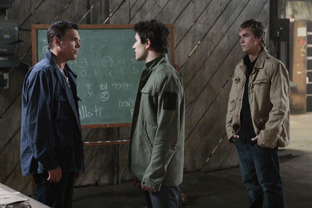 Tom Foss (Nicholas Lea, l.) ist wenig begeistert von Kyles (Matt Dallas, M.) Idee, dass sich auch sein Freund Declan (Chris Olivero, r.) bei der Suc... - Bildquelle: TOUCHSTONE TELEVISION