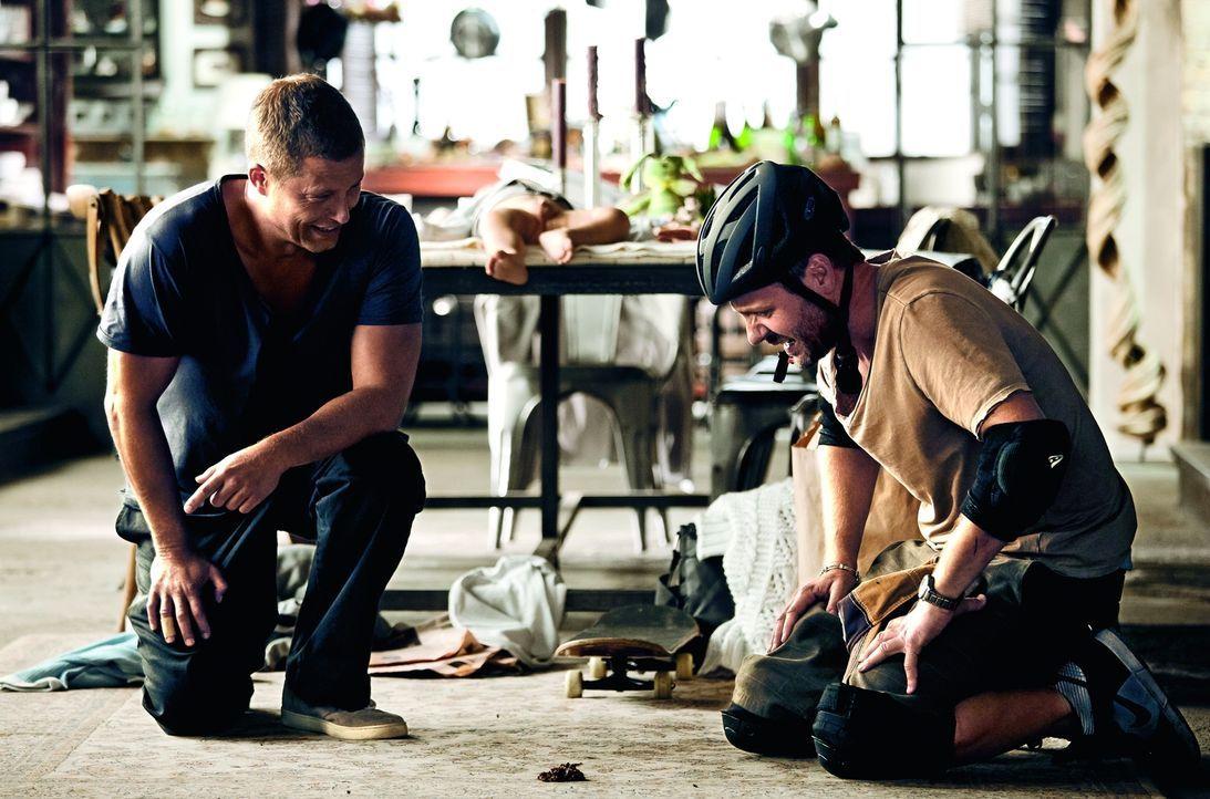 Dumm gelaufen! Henry (Til Schweiger, l.) und Tristan (Samuel Finzi, r.) haben ein unangenehmes Problem auf dem Teppich liegen ... - Bildquelle: 2013   Warner Bros.