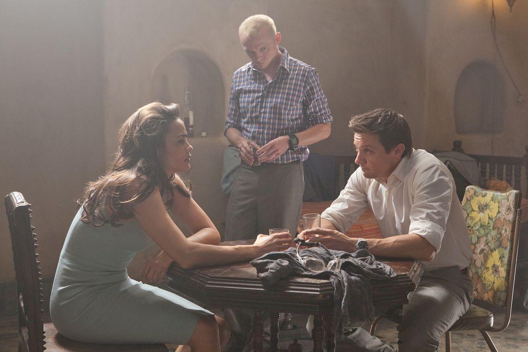 Sie lassen Ethan nicht hängen: Jane (Paula Patten, l.), Benji (Simon Pegg, M.) und William (Jeremy Renner, r.) wollen dem Geheimagenten helfen, eine... - Bildquelle: 2011 Paramount Pictures.  All Rights Reserved.