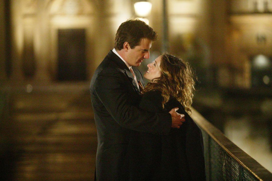Gemeinsam mit Big (Chris Noth, l.) kehrt Carrie (Sarah Jessica Parker, r.) zurück nach New York, um dort einen Neuanfang zu wagen ... - Bildquelle: Paramount Pictures