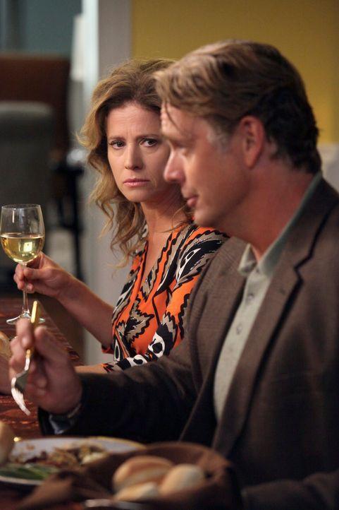 Brees Thanksgivingessen läuft anders als geplant, als ein Streit zwischen Keiths Eltern Mary (Nancy Travis, l.) und Richard (John Schneider, r.) zu... - Bildquelle: ABC Studios