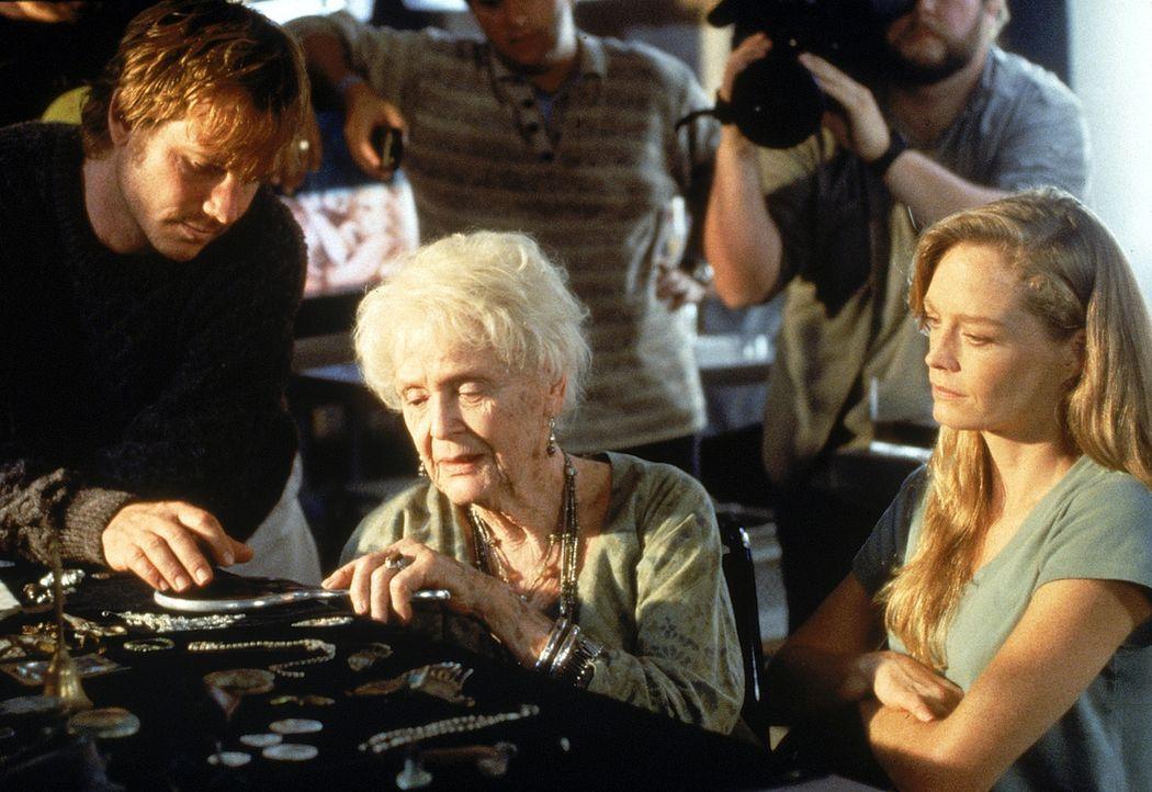 Die 101-jährige Rose (Gloria Stuart, M.) wird auf das Titanic-Expeditionsschiff eingeladen. Als sie das Innere des Wracks der MS Titanic sieht, üb... - Bildquelle: 20th Century Fox