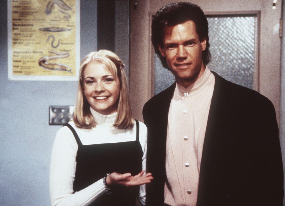 Sabrina (Melissa Joan Hart, l.) hat einen Babysitter-Job angenommen und verwandelt das Baby aus Versehen in einen Mann (Frank Conniff, r.). - Bildquelle: Paramount Pictures