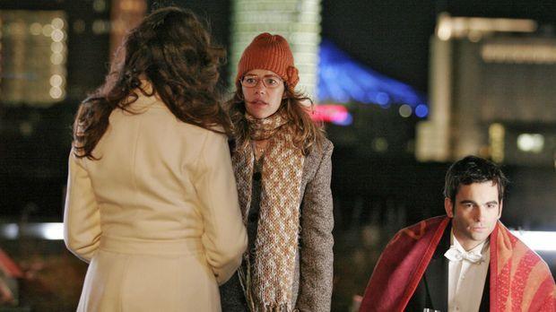 Lisa (Alexandra Neldel, M.) ahnt, was Mariella (Bianca Hein, l.) David (Mathi...