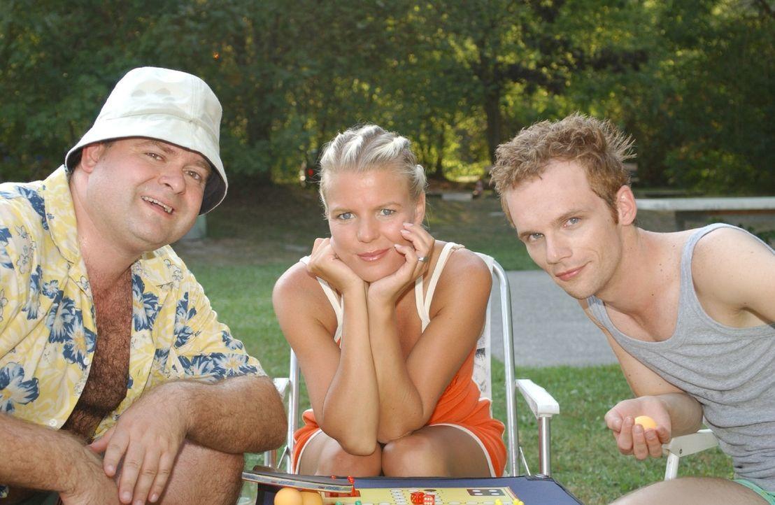 """Sie haben viel Spaß miteinander - """"DIE DREISTEN DREI - DIE COMEDY WG"""" v.l.n.r.: Markus Majowski, Mirja Boes, Ralf Schmitz. - Bildquelle: Stephen Power Sat.1"""