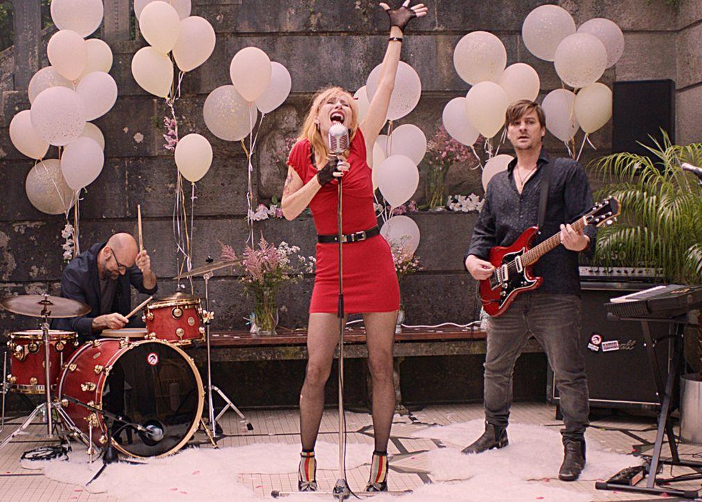 Die chaotische Rockerin Lola (Andrea Sawatzki, M.) ist nicht grade eine Vorzeigemutter ... - Bildquelle: SAT.1