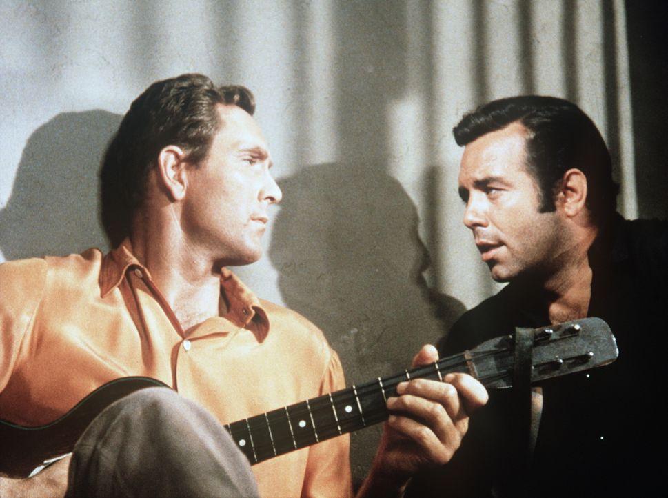 Als die Witwe Baker ermordet wird, fällt der Verdacht auf Adams (Pernell Roberts, r.) Freund Danny Morgan (Gregory Walcott, l.). Für den jungen Cart... - Bildquelle: Paramount Pictures